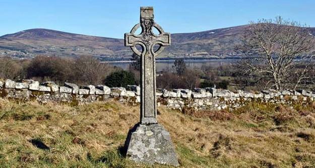 Uma gruta e uma cruz foram instaladas no local onde as crianças foram enterradas.