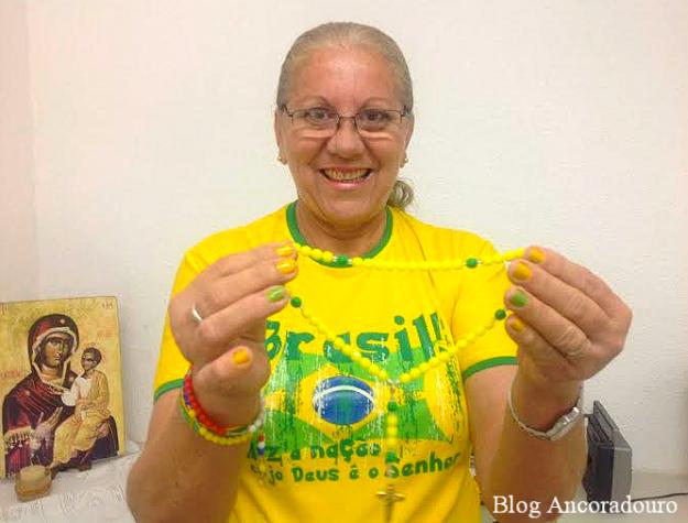 Ilinete não solta o terço verde-amarelo durante a Copa do Mundo