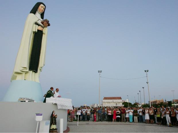 Padre Ferreirinha rezando missa diante da imagem de Santa Edwiges.