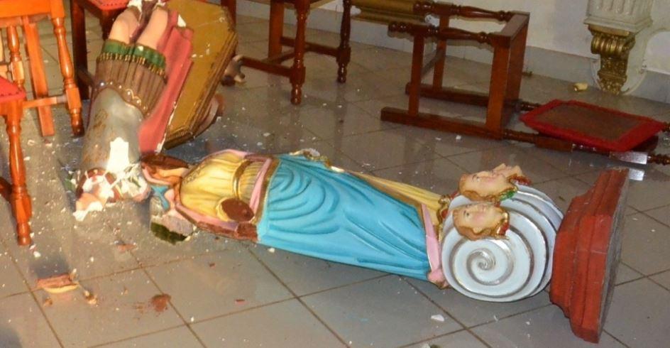 Imagem da padroeira foi destruída pelo evangélico fanático.