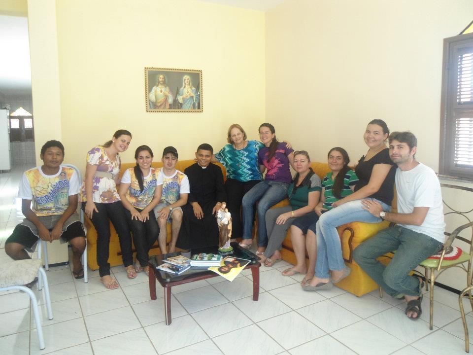 Pe. Jacó ao lado de Emmir Nogueira, Co-fundadora do Shalom e paroquianos.
