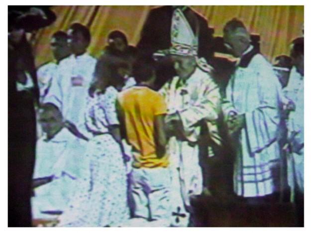 Moysés Azevedo se encontra com o Papa João Paulo II no Castelão.