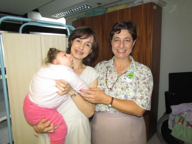Dra. Lenise Garcia, à direita com a pequena Vitória Croxato e sua mãe.