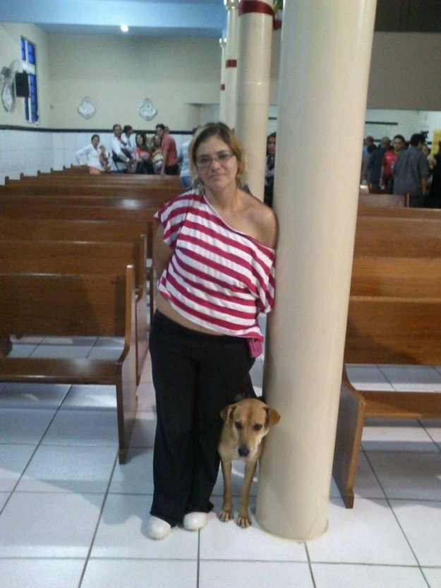 Depois de excomungada mulher posou para fotos com o cachorro. Imagem: reprodução/Facebook