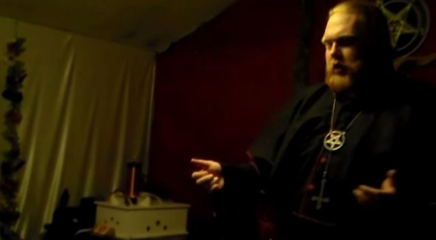 Chefe da igreja satânica usa cruz invertida