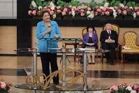 Dilma usando o púlpito principal da Assembleia de Deus.