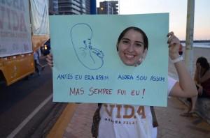 Defensores da vida comparecem à Marcha com cartazes.