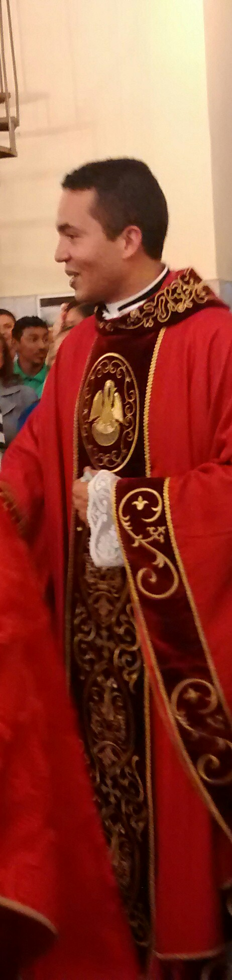 Padre Vicente Oliveira presidiu a primeira missa em Caucaia. O neo-sacerdote estava visivelmente emocionado.
