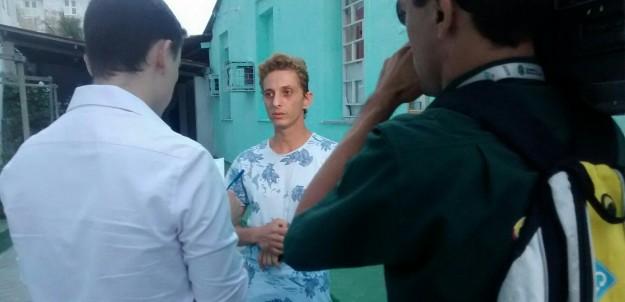 Carlos Alberto conversa com equipe de TV sobre sua comovente história .