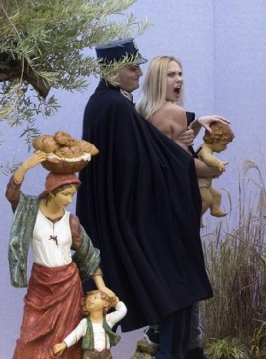 Vândala tenta roubar imagem do Menino Jesus do presépio do Vaticano.
