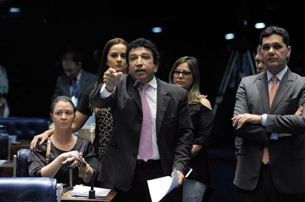 Magno Malta discursa ao lado de Marisa Lobo (dir.) e famílias que necessitam do uso da Canabidiol. Foto: Jefferson Rudy/Agência Senado