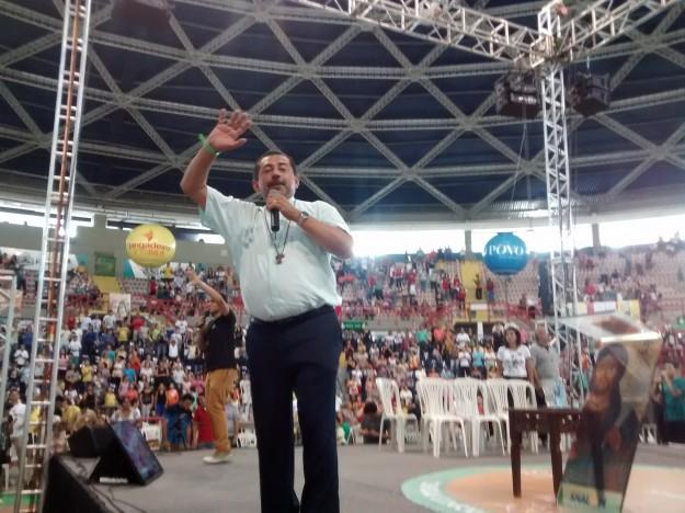 Padre Antonio Furtado comanda a animação no Renascer 2015.