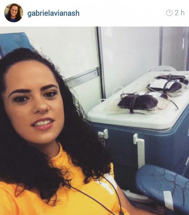 Gabriela Viana doa sangue e convida seus seguidores na rede social a fazer o mesmo.