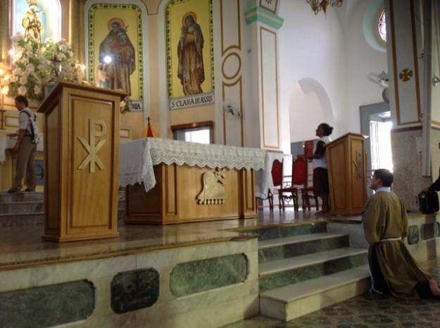 Seminarista paga promessa no Santuário de São Francisco.