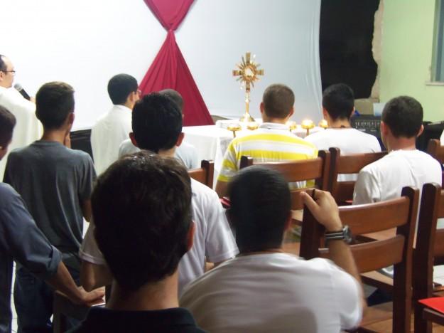 Jovens participam de adoração ao Santíssimo Sacramento no primeiro encontro vocacional.