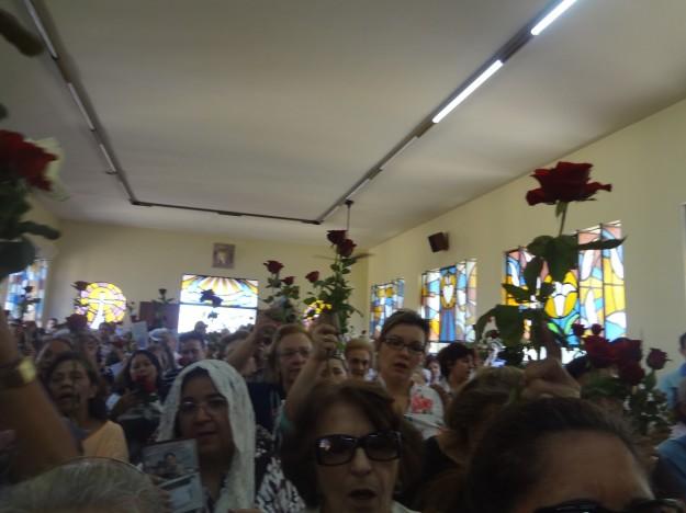 Fiéis são convidados e levar rosas para a missa.