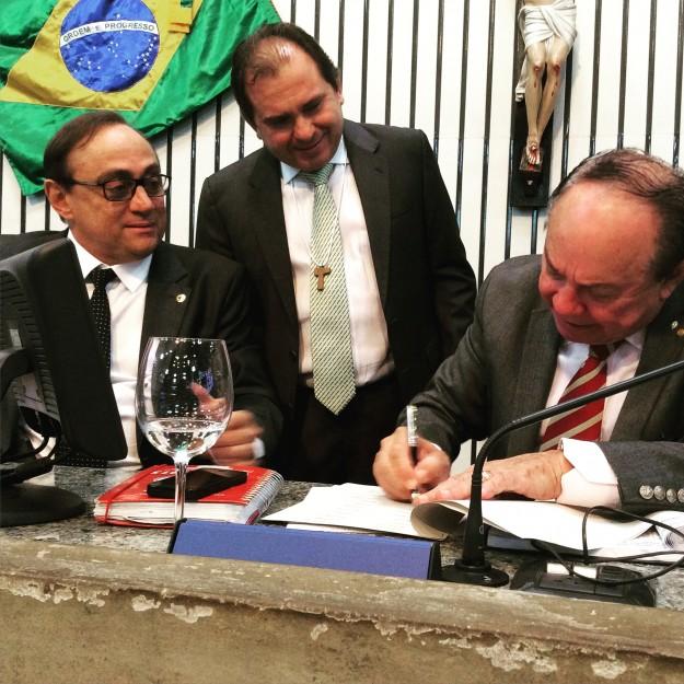 Deputado Carlos Matos coleta assinatura para Frente em Defesa da Família.