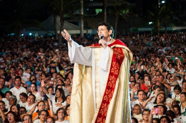 Padre Reginaldo Manzotti, o padre que arrasta multidões.