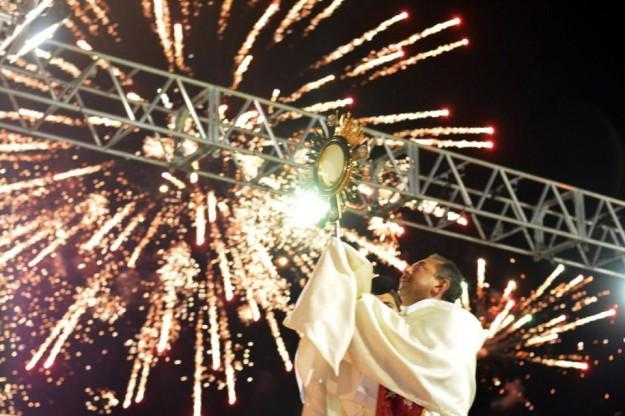 Padre Antonio durante adoração ao Santíssimo Sacramento na Festa dos Arcanjos.