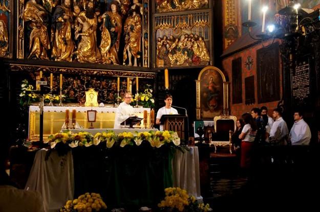 Missionário do Shalom conduz momento de prece em vigília na Cracóvia em preparação para a JMJ.