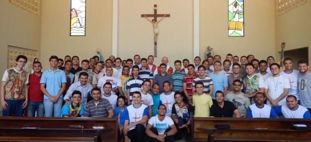 Arcebispo de Fortaleza com seminaristas.