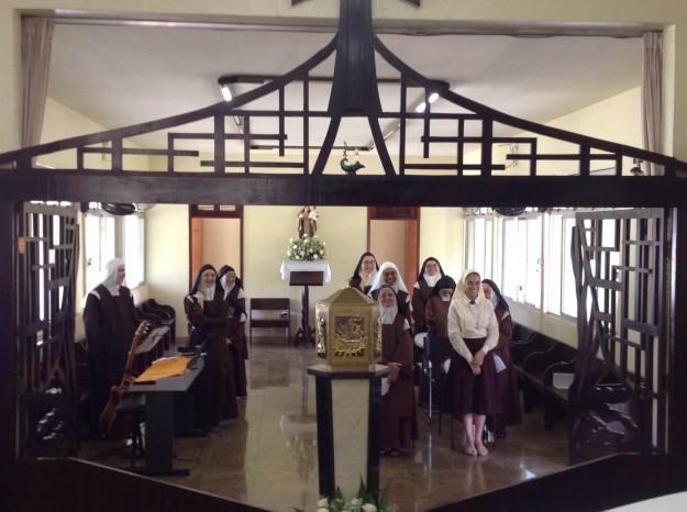 Coro com as irmãs enclausuradas durante a Santa Missa.