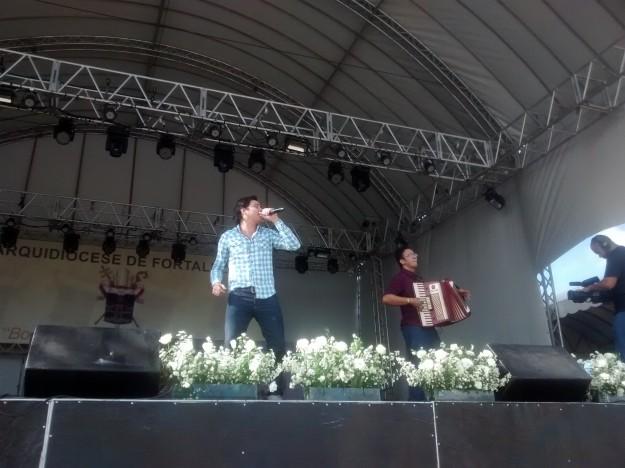Naldo José abre as atrações da Festa do Jubileu.