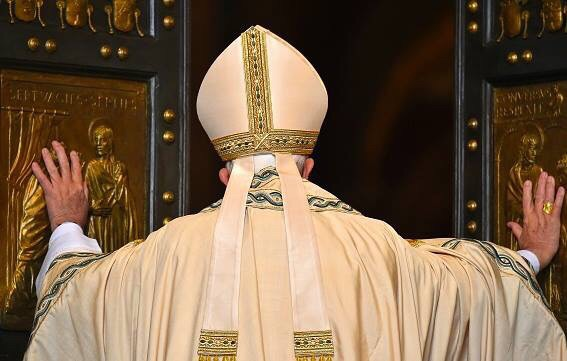 Papa Francisco abrindo a Porta Santa.