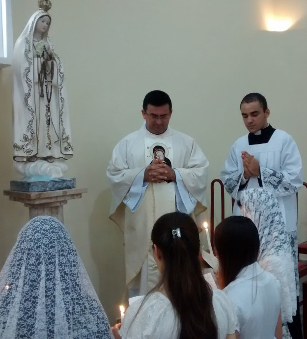Jovens se consagram a Nossa Senhora.
