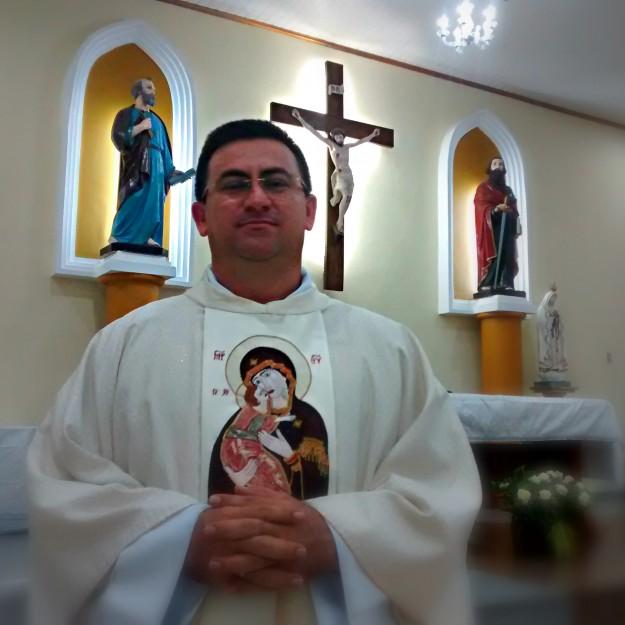 Padre Marcos, pároco da Paróquia São Pedro e São Paulo.