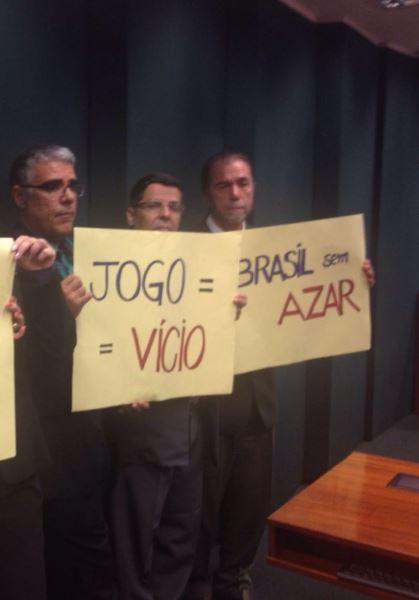 Movimento Brasil sem Azar denuncia prática escusa para aprovação dos jogos de azar.