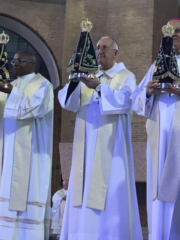Arcebispo com a imagem de Aparecida.