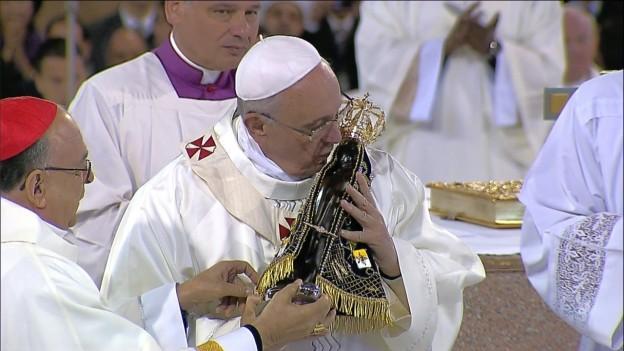 Papa Francisco com a imagem de Aparecida.