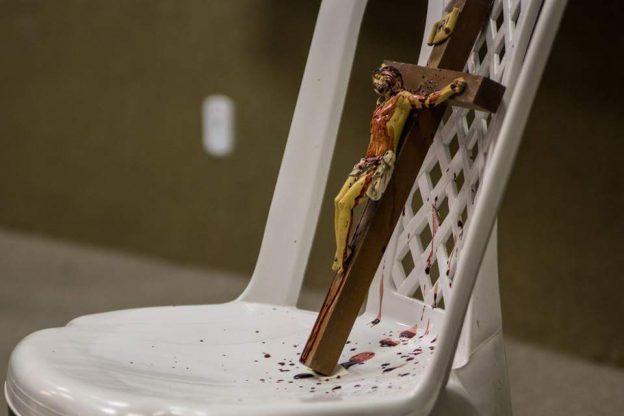 Crucifixo banhado de sangue.