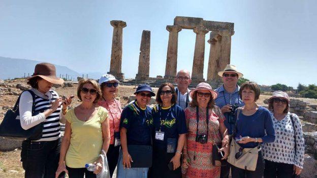 Grupo em peregrinação na cidade de Corinto, Grécia.