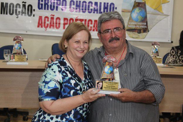 Emmir Nogueira recebe de Auriberto Cavalcante a homenagem.
