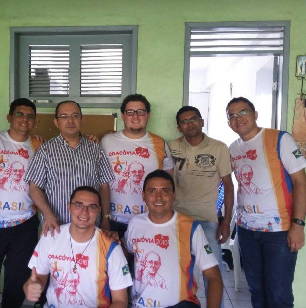 Missionário da Misericórdia com seminaristas do grupo.