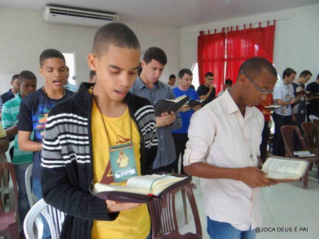 Seminaristas rezando a Liturgia das Horas. Foto: Joca de Deus é Pai.