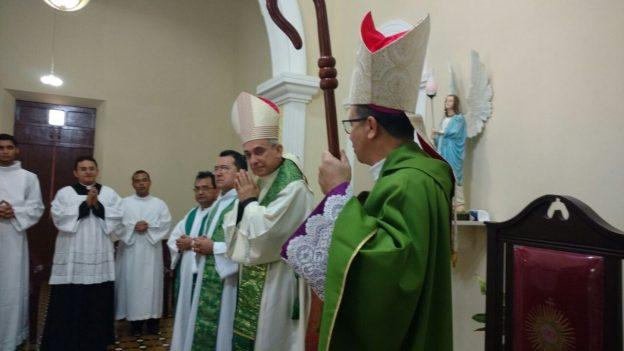 Dom Henrique Soares ao centro e dom Vasconcelos, lado direito. Foto: Diocese de Sobral - Divulgação