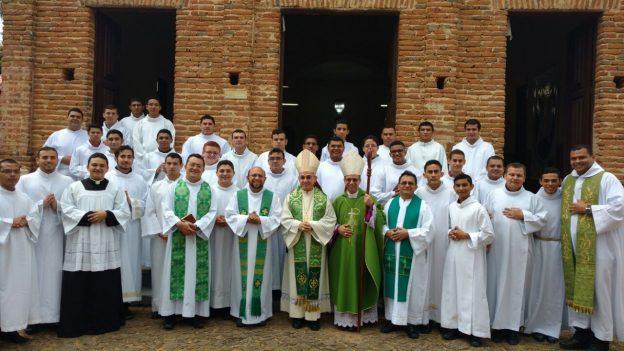 Foto oficial do retiro dos seminaristas da Diocese de Soares com o pregador dom Henrique Soares. Diocese de Sobral - divulgação.