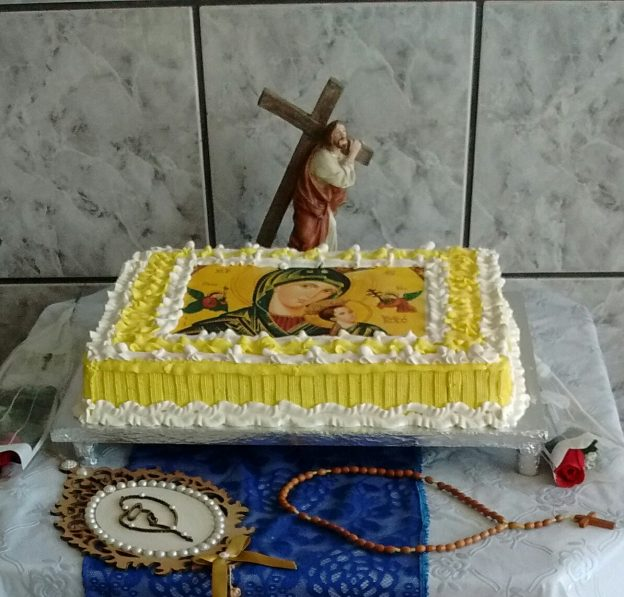 Dona Ieda faz até bolo confeitado para o dia da padroeira.