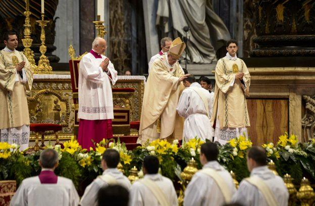 papa-francisco-ordenando