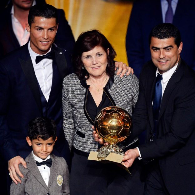 A mãe de Cristiano Ronaldo comemora a vitória do filho.