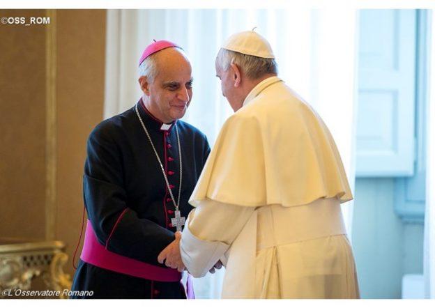 Dom Rino Fisichella com o Papa Francisco.