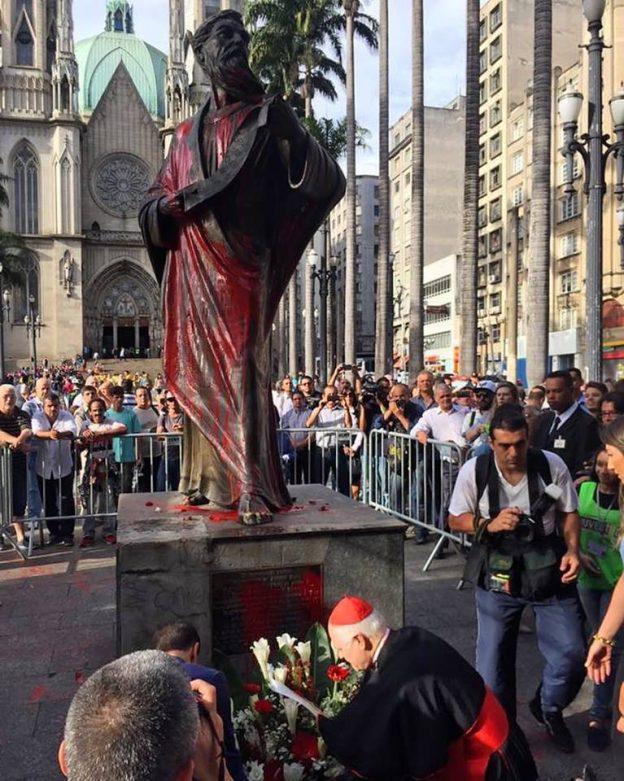 Imagem de são Paulo Apóstolo é vandalizada por intolerantes religiosos.