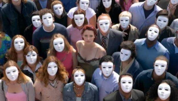 Mulher-em-meio-a-pessoas-mascaradas-thumb-650x370-139048