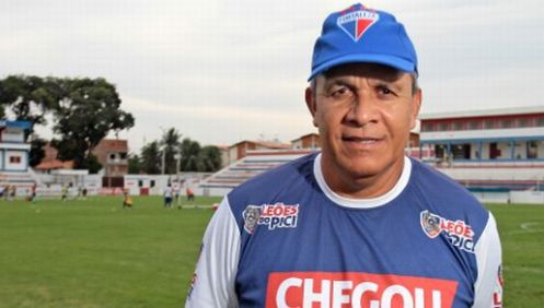 Hélio dos Anjos começa a relacionar jogadores da base no estadual