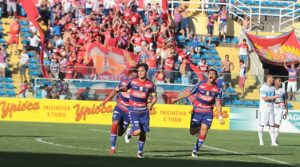 O zagueiro Lima abriu o placar na goleada tricolor. Foto: Camila de Almeida