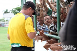 Treinador deu autográfos e conversou com o torcedor (Foto: Cearasc.com/Divulgação)