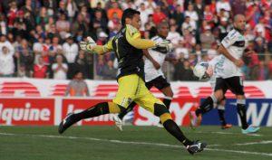 Fernando Henrique: Bom profissional, mas um péssimo goleiro (Foto: Robson Mafra)